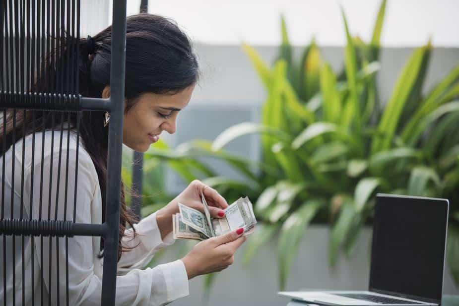 young-entrepreneur-counting-money- growbangladesh